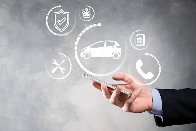 Cyfrowy kompozyt człowieka trzymającego ikonę samochodu. koncepcja ubezpieczenia samochodowego i usług samochodowych. b