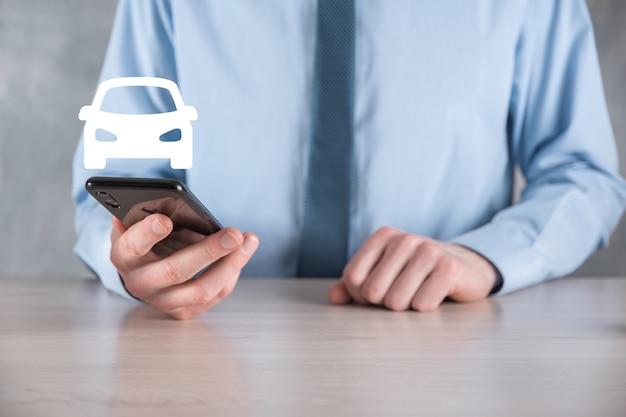 Cyfrowy kompozyt człowieka trzymającego ikonę samochodu. koncepcja ubezpieczenia samochodowego i usług samochodowych. biznesmen z ofertą gest i ikona samochodu.