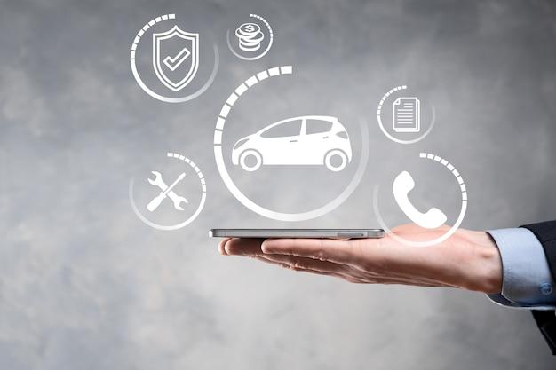 Cyfrowy kompozyt człowieka trzymającego ikonę samochodu. koncepcja ubezpieczenia samochodowego i usług samochodowych. biznesmen z ofertą gestem i ikoną samochodu