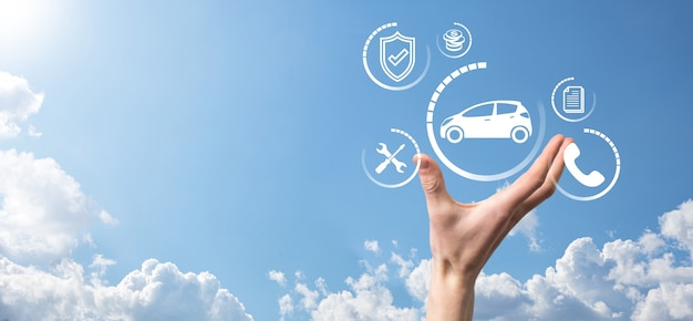 Cyfrowy kompozyt człowieka trzymającego ikonę samochodu. koncepcja ubezpieczenia samochodowego i usług samochodowych. biznesmen z ofertą gestu i ikoną samochodu