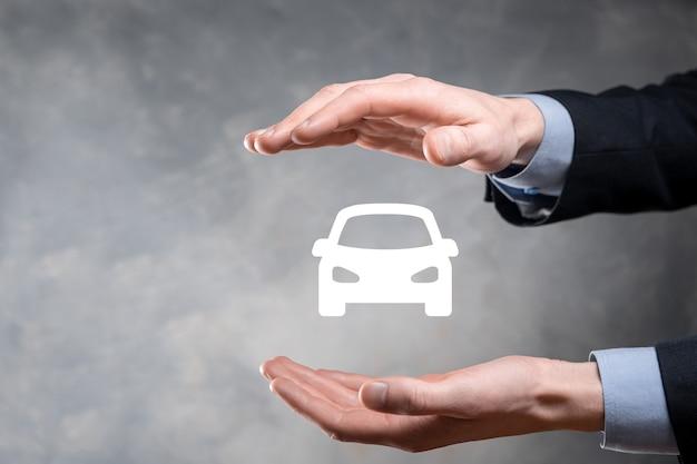 Cyfrowy kompozytowy człowiek trzyma ikonę samochodu. koncepcja ubezpieczenia samochodu i usług samochodowych.