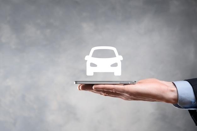 Cyfrowy kompozytowy człowiek trzyma ikonę samochodu. koncepcja usług samochodowych i ubezpieczenia samochodu. biznesmen z oferującym gestem i ikoną samochodu.