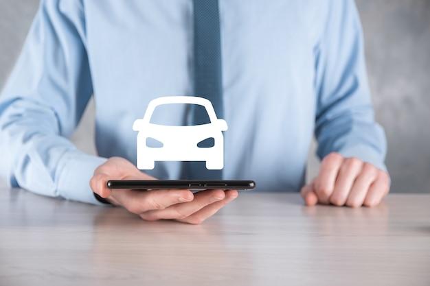Cyfrowy kompozytowy człowiek trzyma ikonę samochodu. koncepcja usług samochodowych i ubezpieczenia samochodu.