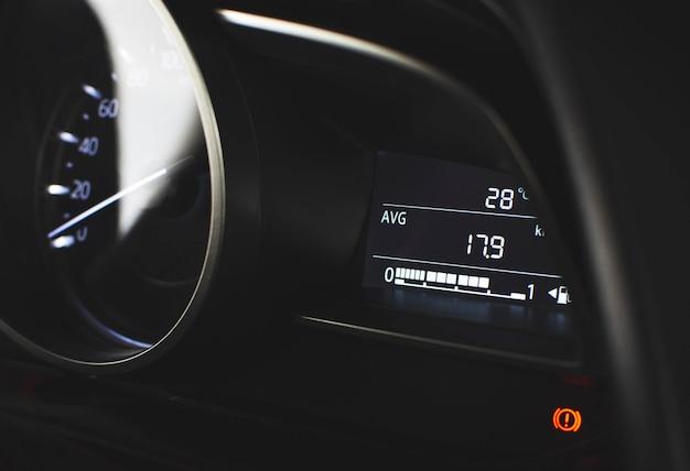 Cyfrowy miernik zużycia paliwa i miernik średniego przebiegu paliwa w luksusowym samochodzie