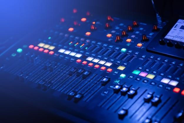 Cyfrowy mikser muzyczny ma przycisk zasilania działający w warunkach słabego oświetlenia