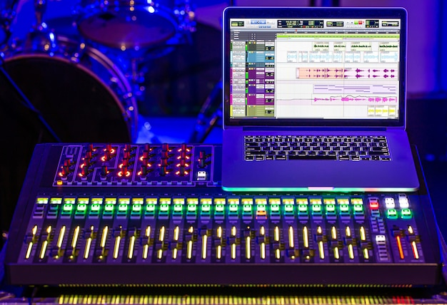 Cyfrowy mikser w studiu nagrań z komputerem do nagrywania dźwięków i muzyki. koncepcja kreatywności i show-biznesu.
