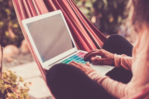 Cyfrowy nomad i pracujący wszędzie z technologią internetową i laptopem