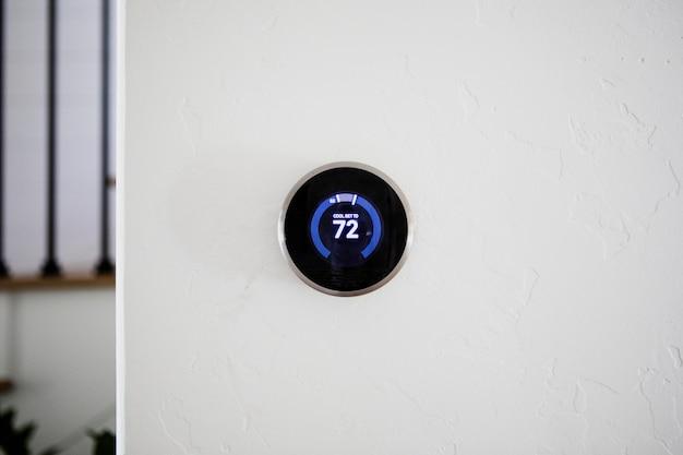 Cyfrowy nowoczesny termostat w domu