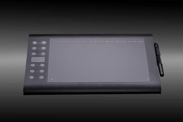 Cyfrowy tablet graficzny z długopisem dla ilustratorów i projektantów na czarnym tle. nowoczesny czarny tablet graficzny do rysowania zbliżenia