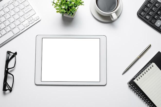 Cyfrowy tablet pusty biały ekran klawiatura kalkulator szklanki kawy.