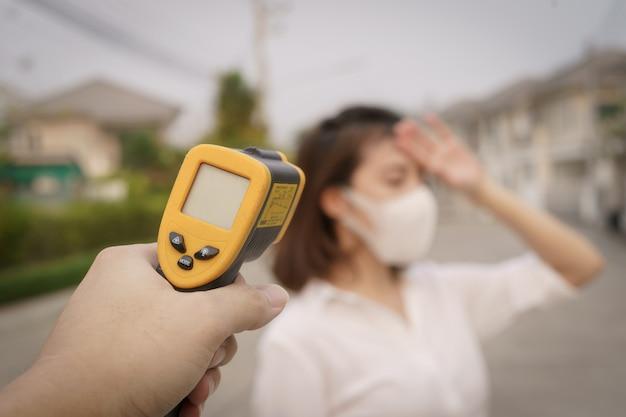 Cyfrowy termometr sprawdzający temperaturę