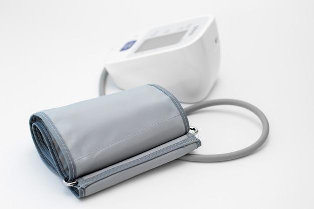 Cyfrowy tonometr do pomiaru ciśnienia krwi.