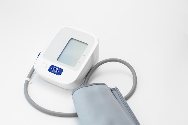 Cyfrowy tonometr na białej ścianie. pomiar ciśnienia krwi.