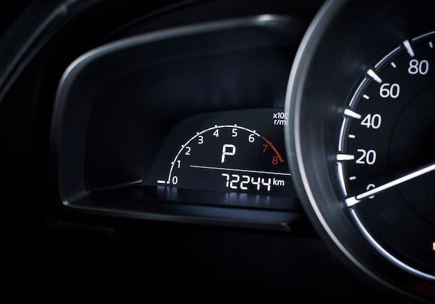 Cyfrowy wskaźnik prędkości obrotowej i pozycja parkowania automatycznej skrzyni biegów i licznik przebiegu na cyfrowym desce rozdzielczej w luksusowym samochodzie