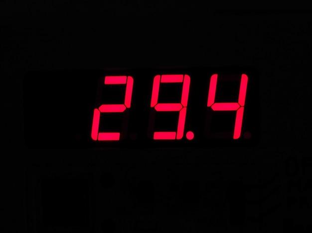 Cyfrowy wyświetlacz lcd termometru pokazujący gorącą temperaturę w ce