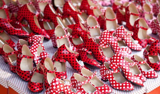 Cygańskie czerwone buty z plamami w kropki