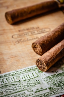Cygara w starym drewnianym pudełku z oficjalną kubańską naklejką podatkową