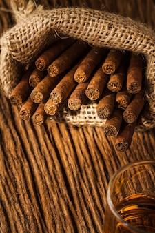 Cygaro w małym worku na starym drewnianym stole