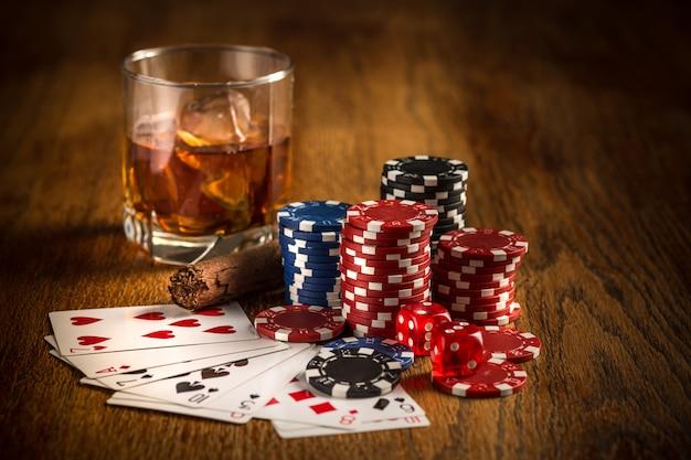Cygaro, żetony do gier hazardowych, napoje i karty do gry