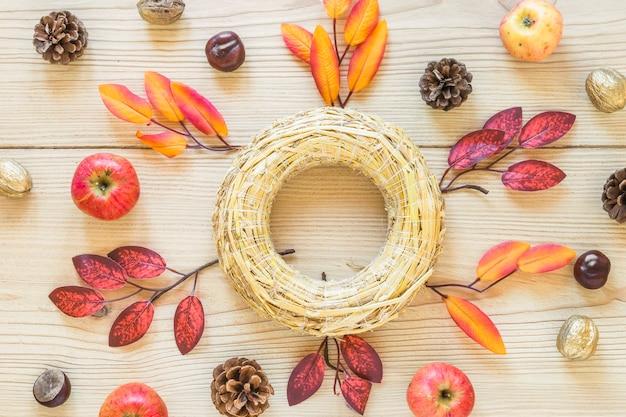 Cykl słomy między liśćmi i jabłkami
