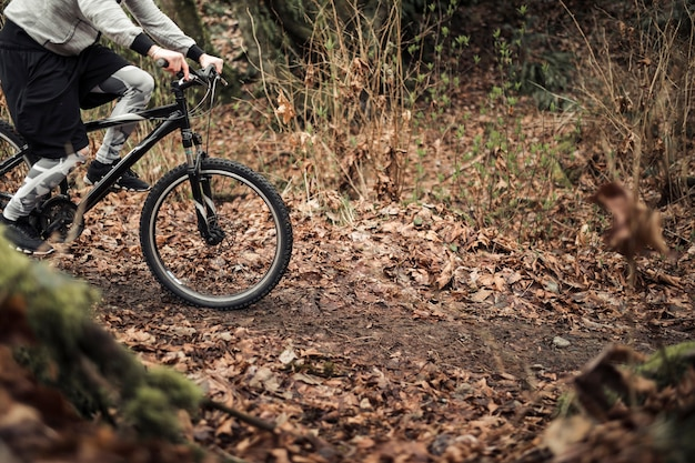 Cyklista jedzie jego rower górski na lasowym śladzie