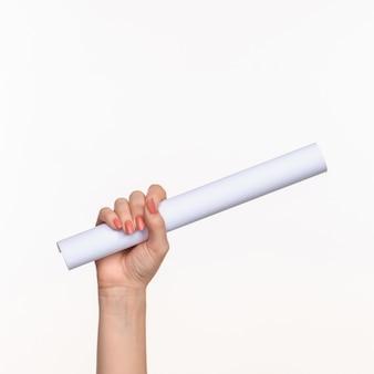 Cylinder kobiece ręce na białym tle