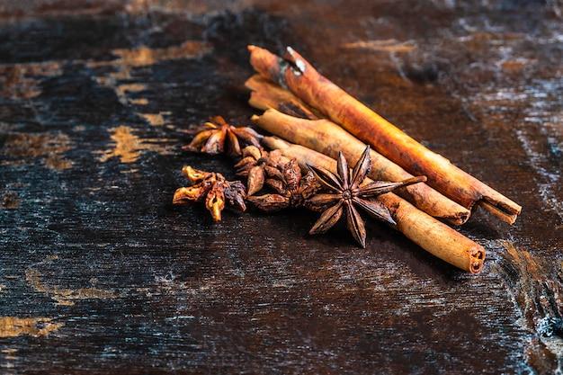 Cynamonowe przyprawy i anyż gwiazdkowy stosowane w gotowaniu