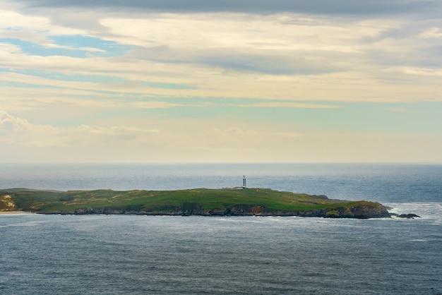 Cypel latarni morskiej punta da frouxeira na hiszpańskim wybrzeżu atlantyku