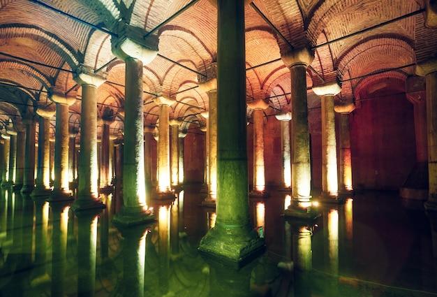 Cysterna bazyliki to największa starożytna podziemna cysterna w stambule, która w przeszłości służyła do przechowywania wody, a obecnie jest popularną atrakcją turystyczną.