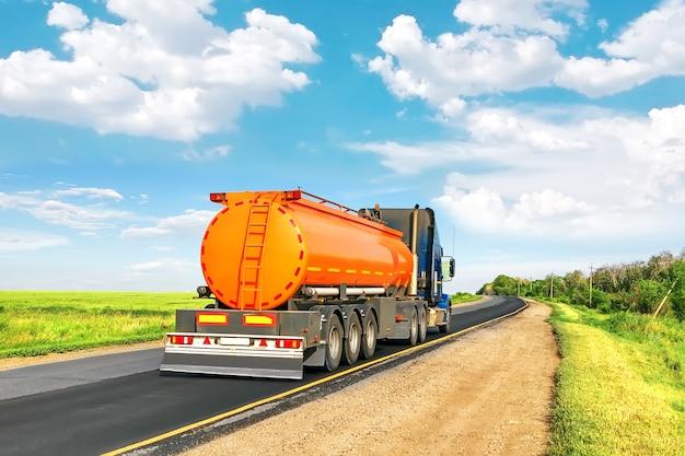 Cysterna paliwowa na autostradzie