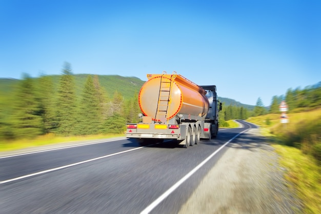 Cysterna paliwowa na drodze