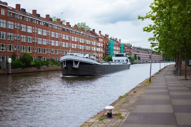 Cysterna przewożąca przez rzekę miasta.