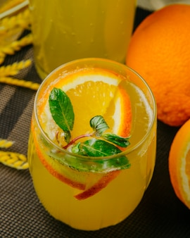 Cytrusowa lemoniada pokrajać pomarańczowego iskrzastej wody mennicy bocznego widok