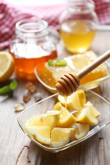 Cytryna i miód na drewnianym stole