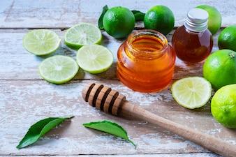Cytryna i miód Na drewnianym tle