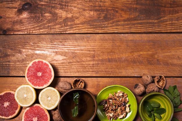 Cytryna i orzech włoski na drewnianym powierzchni zakończeniu up