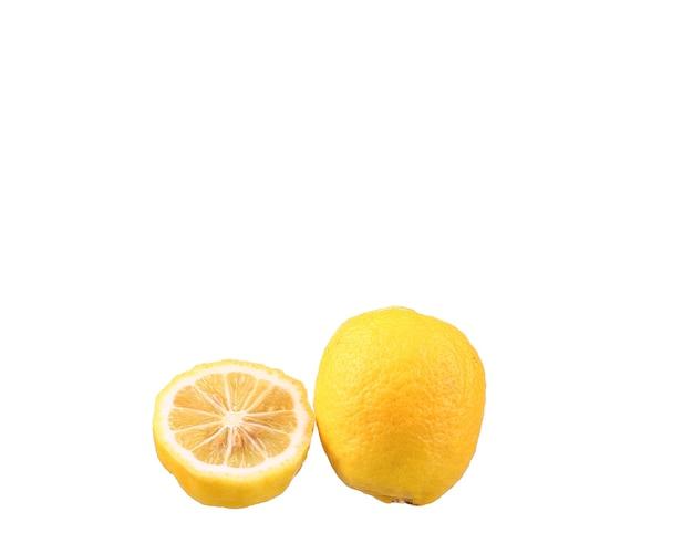 Cytryna i plasterek cytryny na białym tle