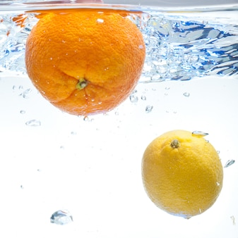 Cytryna i pomarańcza w wodzie