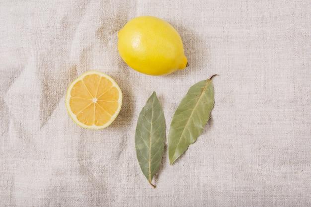 Cytryna i przyprawy na tkanym obrusie.