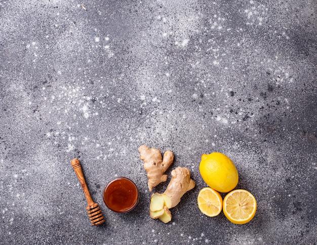 Cytryna, imbir i miód. naturalne środki na kaszel i grypę.