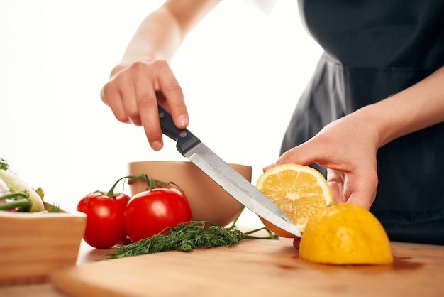 Cytryna na desce do krojenia krojenie warzyw witaminy zdrowe jedzenie