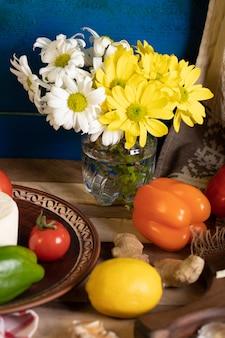 Cytryna, papryka i imbir na drewnianym stole