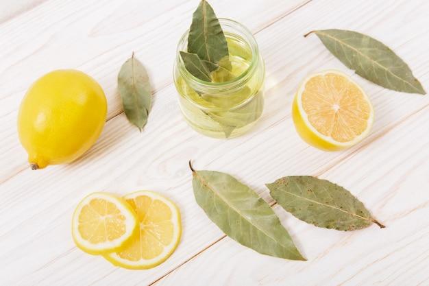Cytryna, przyprawy i olej na drewnianym stole.