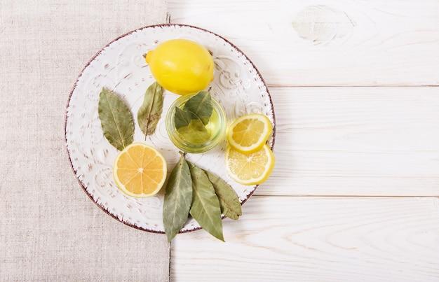 Cytryna, przyprawy i olej na talerzu.