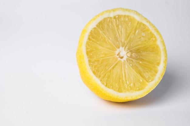Cytryna w cięciu na białej powierzchni.