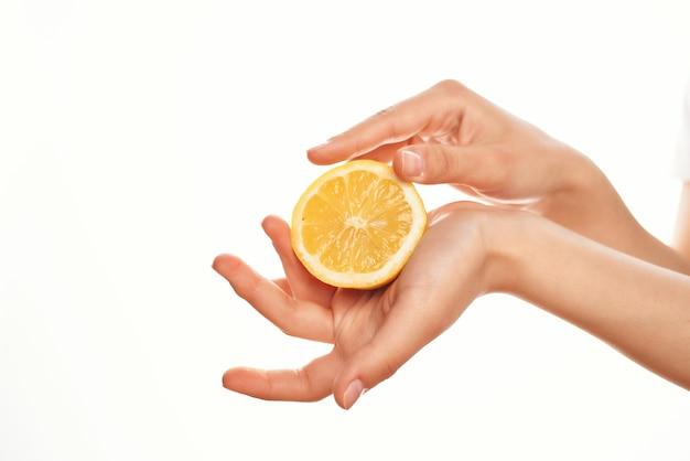 Cytryna w dłoni składniki gotujące zdrowe owoce