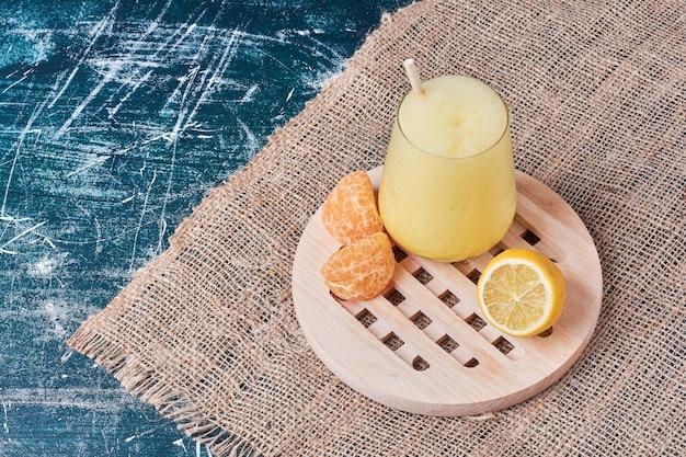 Cytryna z filiżanką napoju na niebiesko.