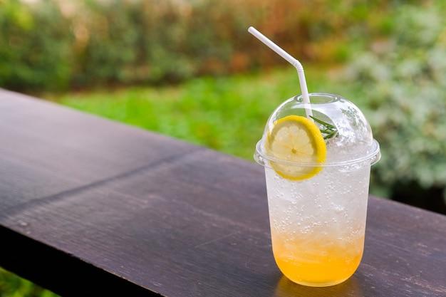 Cytrynowa herbata sodowa w kawiarni