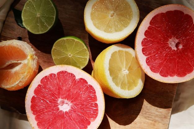 Cytryny, grejpfrut i limonki przecięte na pół