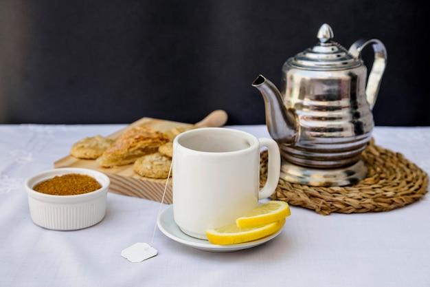 Cytryny herbata z brown cukierem na stole